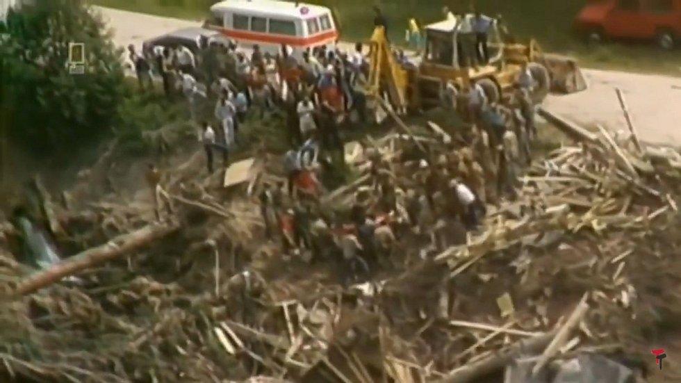 Bahenní tsunami smetla po protržení přehrady přes 60 budov a osm mostů