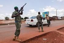 Vojáci kontrolují automobil ve městě Kati v Mali.