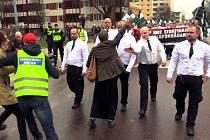 Fotografie vznikla 1. května během pochodu asi tří stovek členů extremistického Nordického hnutí odporu ve městě Borlänge, asi 200 kilometrů severozápadně od Stockholmu.
