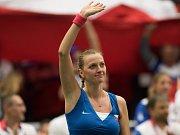 Petra Kvitová se raduje z výhry v semifinále Fed Cupu proti Francii.