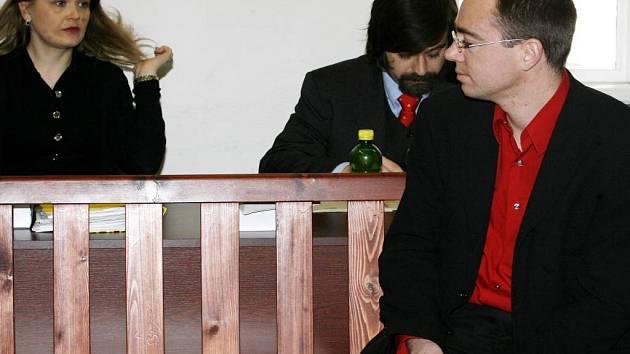 Hlavní líčení s bývalým vedoucím účetním kanadského velvyslanectví v Praze Karlem Truhlářem (vpravo)