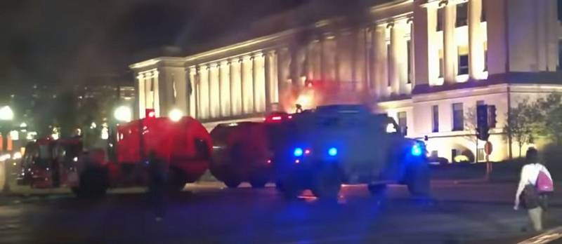 Střelba na Jacoba Blakea vedla ve městě Kenosha ve Wisconsinu  k novým demonstracím spojeným s četnými projevy vandalství