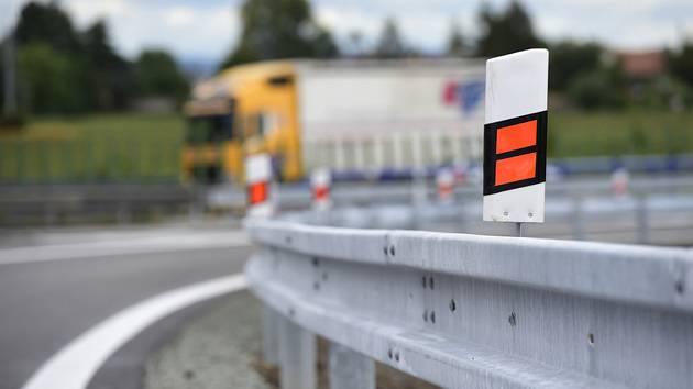 Kamion na dálnici. Ilustrační snímek