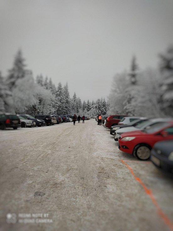 Zaplněná jsou i parkoviště v Deštném v Orlických horách