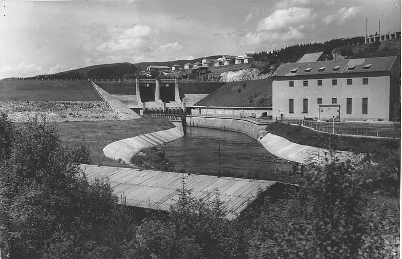 Vodní dílo a elektrárna Lipno po dokončení (polovina 60. let 20. století)