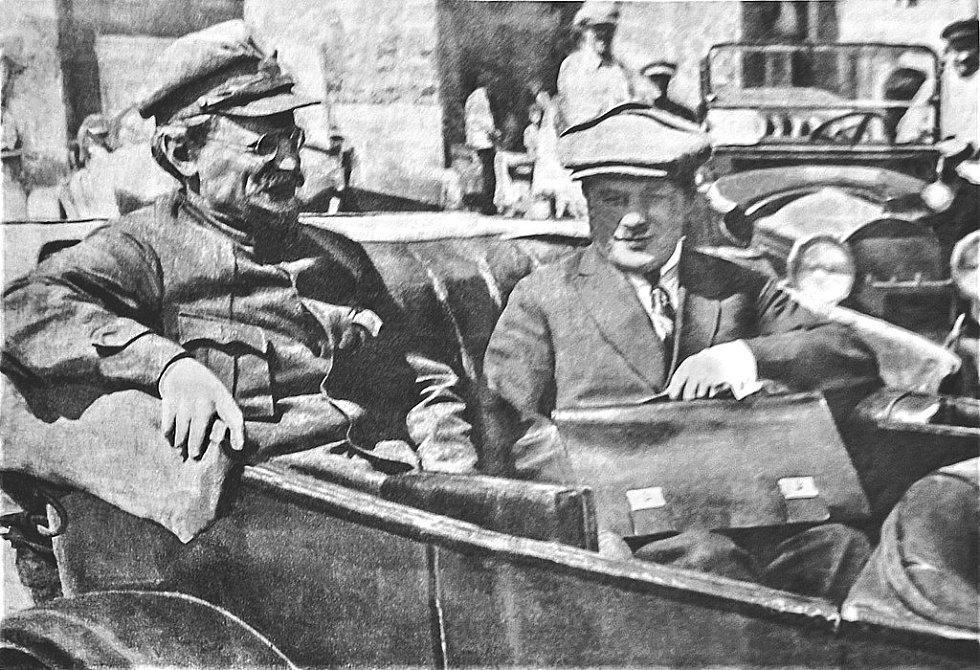 Lev Trockij s Leonidem Serebjakovem v květnu 1925 před sjezdem Sovětů