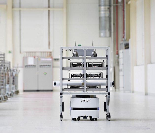 NOVÝ PLNĚ autonomní transportní systém přepravuje ve Vrchlabí díly mezi mechanickým měrovým centrem a obráběcími stroji.