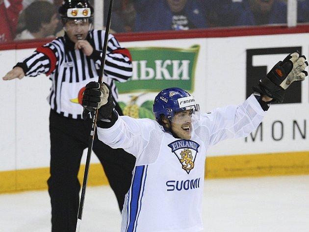 Teemu Selänne se raduje, vyrovnal utkání s USA.