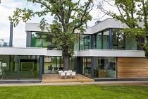 Dům mezi dvěma duby