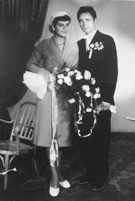 Josef Řepík, další z přeživších, na svatební fotografii. Život mu zachránilo jen, to že byl 13. července 1943 s otcem na poli a vrátili se až po řádění Němců