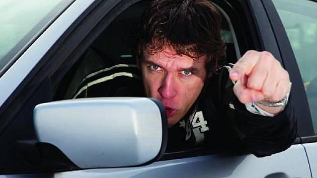 Každý desátý řidič na jižní Moravě už někdy úmyslně vybržďoval jiného. Tři pětiny řidičů schválně najíždí na auto před sebou. Ilustrační foto.