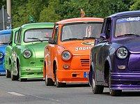 Tohle nejsou vozy, které právě opouštějí výrobní linku. Tohle je sraz trabantů v Cvikově, kde byl poslední vůz této značky vyroben v roce 1991. Zato ten první už v roce 1957 - 50. výročí si přijelo připomenout tisíce trabantistů