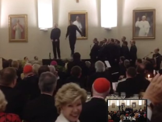 Novými hvězdami internetu se stali dva mladí američtí kněží. Na jaře během jedné z akcí v americkém semináři v Římě, kde zrovna pobývali, začali na pódiu stepovat tak neuvěřitelně, že absolutně uchvátili přítomné publikum.