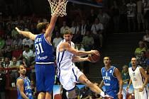 Čeští basketbalisté (v bílém) se snaží prosadit proti Itálii.