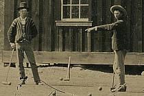 Billy Kid (vlevo) hraje kroket se členy svého gangu.