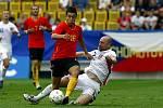 Česko - Belgie: Jiří Štajner (v bílém) atakuje Belgičana Edena Hazarda (v pozadí Václav Svěrkoš a Jelle Vandamme) .