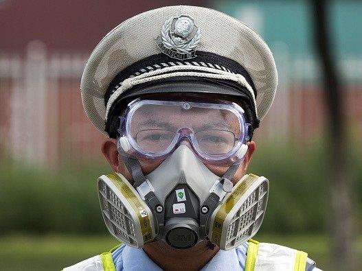 Policista v blízkosti místa výbuchu