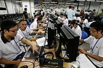 Novináři se seznamují se zařízením olympijského televizního centra v Pekingu. Ani odsud se kvůli cenzuře internetu nikdo nedostane k informacím, které se čínským komunistům nelíbí.