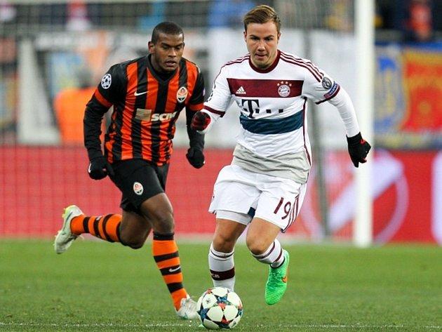 Mario Götze z Bayernu Mnichov (vpravo) a Fernando z Šachtaru Doněck.