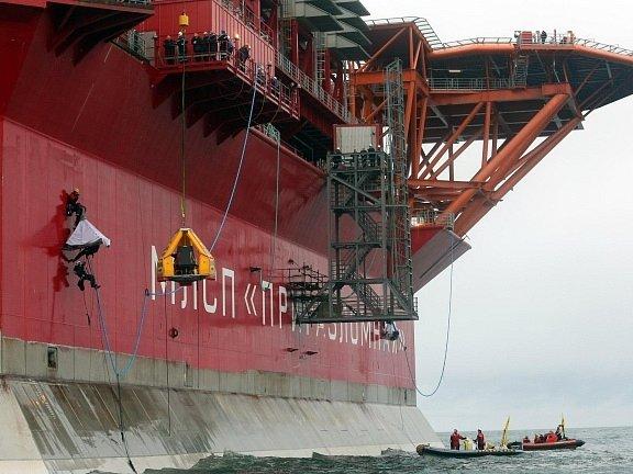 Členové Greenpeace obsadili ruskou ropnou plošinu