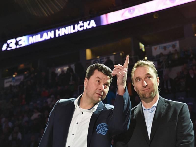 Bývalý brankář Liberce Milan Hnilička (vpravo) byl oceněn vyvěšením dresu s číslem 33. Vlevo prezident hokejového klubu Petr Syrovátko.