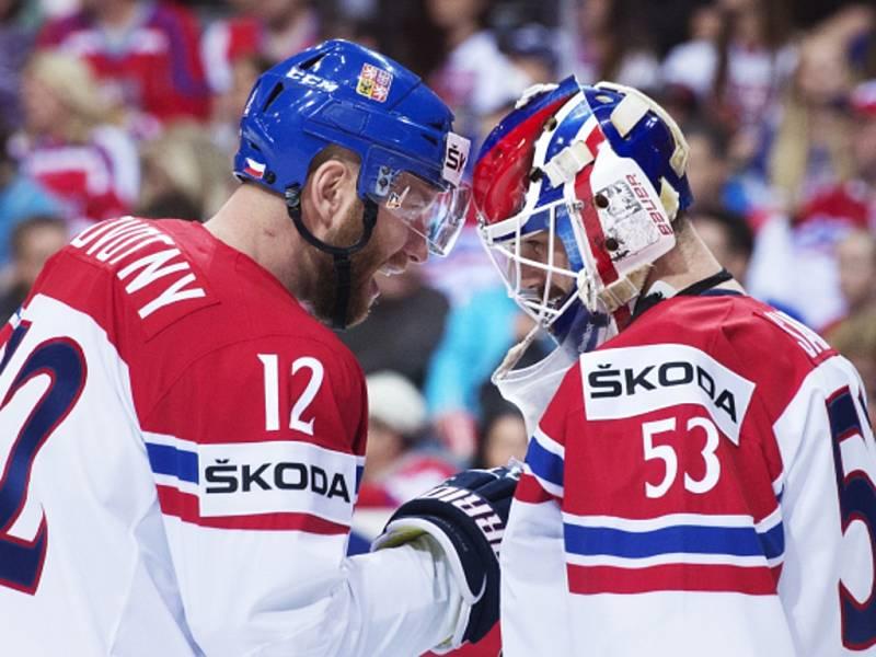 Jiří Novotný (vlevo) a brankář Alexander Salák.