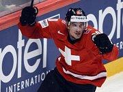 Švýcar Roman Josi se raduje z gólu proti Švédsku ve finále mistrovství světa.