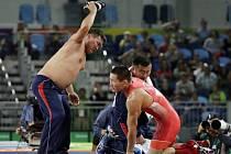 Trenéři mongolského zápasníky Mandachnarany Gancorigy se na protest verdiktu rozhodčího svlékli.
