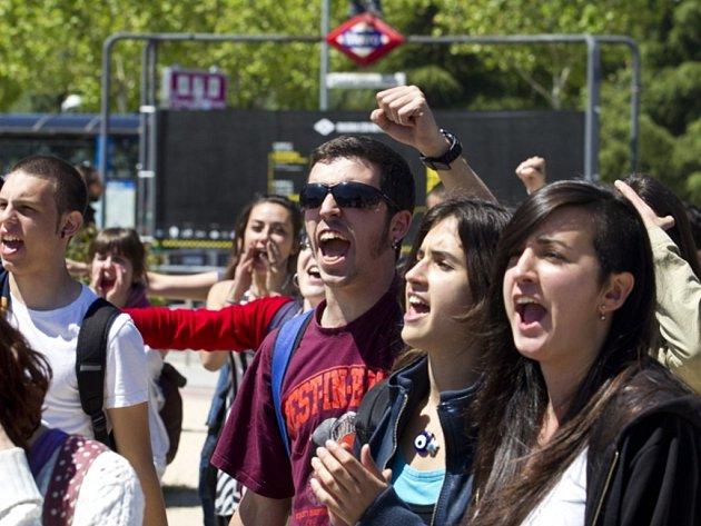 Učitelé na všech stupních škol ve Španělsku se dnes zapojili do celodenní stávky na protest proti úsporným opatřením vlády, které se mají podle odborů projevit v oblasti školství propuštěním asi 100.000 lidí.