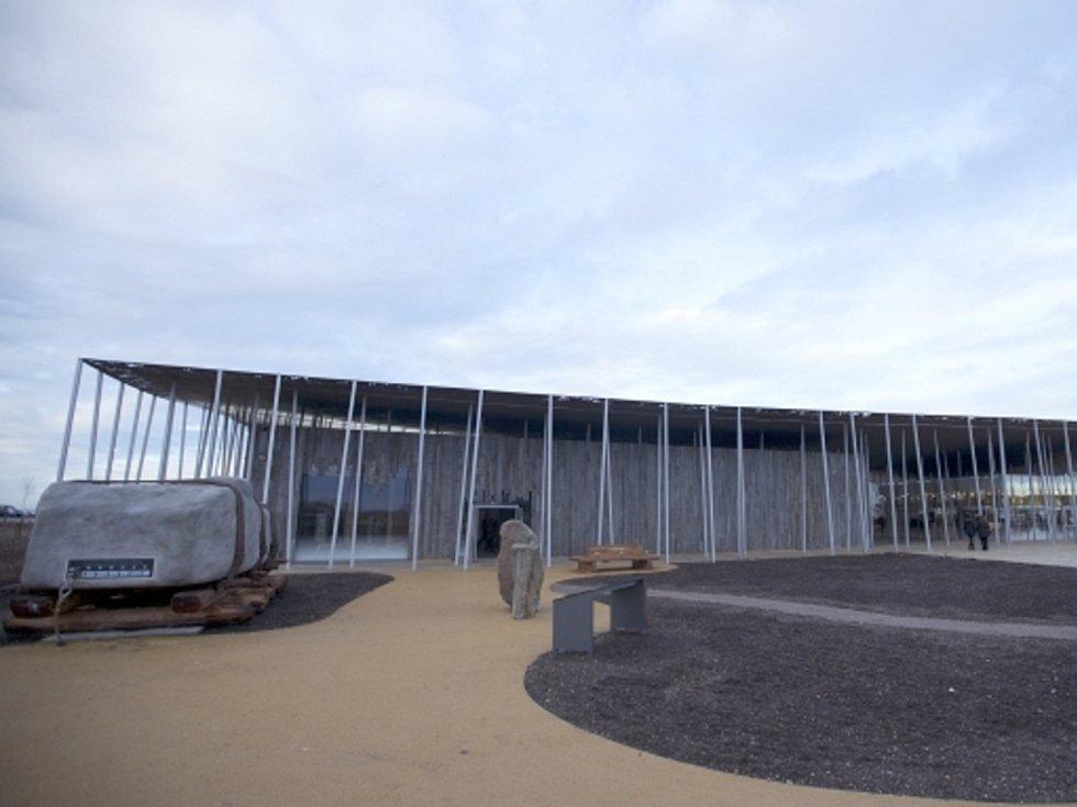 Ve světoznámém anglickém prehistorickém místě Stonehenge, které ročně přitahuje na milion návštěvníků, se otevřelo muzeum mapující jeho historii.