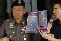 Policista při tiskové konferenci ukazuje část potetované lidské kůže, která byla nalezena v balíčku.