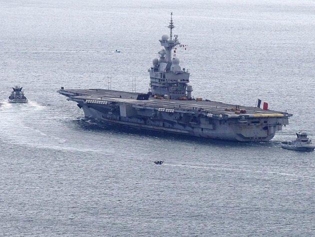 Francouzská letadlová loď 'Charles de Gaulle' opouští námořní základnu v Toulonu, neděle 20. března 2011
