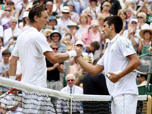 Novak Djokovič (vpravo) gratuluje Tomáši Berdychovi k postupu do wimbledonského finále.