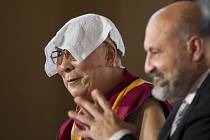 Tibetský dalajlama a Tomáš Halík (vpravo) během diskuse uspořádané 18. října na pražském Žofíně v rámci 20. ročníku konference Forum 2000.