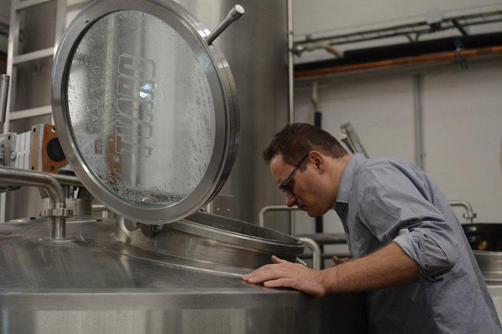 Sládek velkobystřického pivovaru David Kapsia.