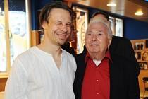 Jiří Blažek (vpravo) s režisérem Martinem Dolenským.