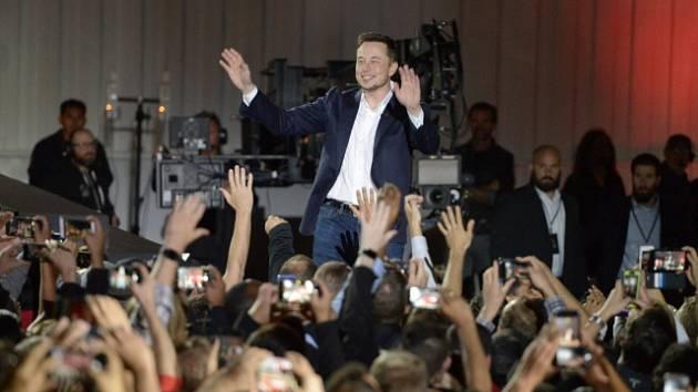 Elon Musk na slavnostním představení nového modelu Tesly