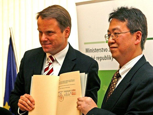 Česko by mělo v následujících třech letech od Japonska získat až dvacet pět miliard korun. Ty ministerstvo investuje do programu Zelená úsporám