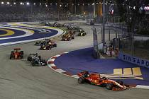 Jezdec stáje Ferrari Charles Leclerc z Monaka v čele pelotonu jezdců na VC Singapuru formule 1