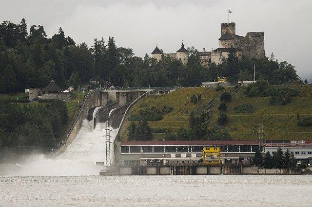 Slovensko stále čelí povodňovému stavu, pršet už ale přestalo