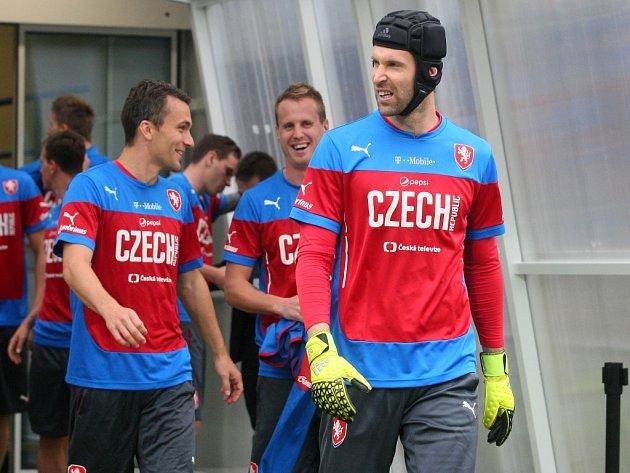 Petr Čech (vpravo) na tréninku fotbalové reprezentace.