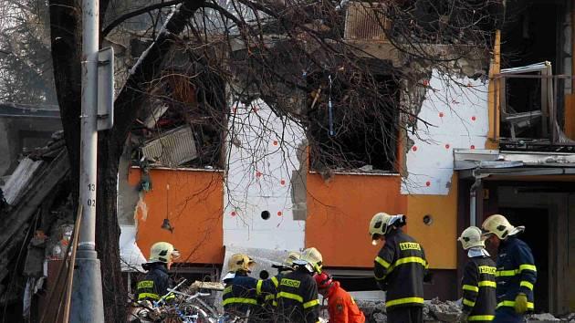 V panelovém domě ve Frenštátě pod Radhoštěm došlo v neděli před čtvrtou hodinou ranní k výbuchu plynu a následnému požáru