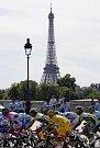 Cyklisté si mohli v poslední poklidné etapě Tour de France prohlédnout krásy francouzské metropole.