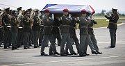 Smuteční ceremoniál doprovázel 5. června odpoledne přílet armádního letounu s ostatky vojáka, který zahynul 31. května v afghánské provincii Vardak. Na letišti v Praze-Kbelích se uskutečnil s vojenskými poctami.