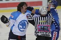 Kanadský bitkař v plzeňských službách Ryan Hollweg (vlevo) se proti Brnu nepředstaví. Je zraněný.