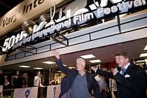 Americký herec Richard Gere (druhý zprava) 5. července večer na červeném koberci před karlovarským hotelem Thermal.