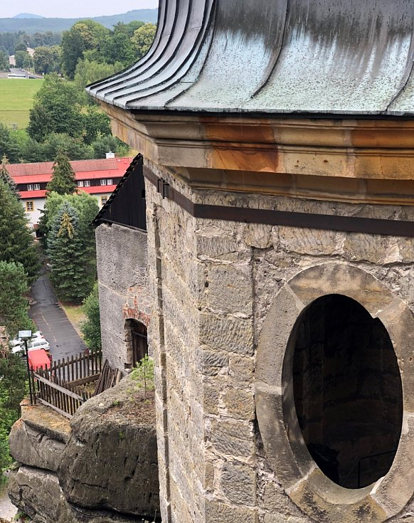 Pohled na skalní hrad Sloup