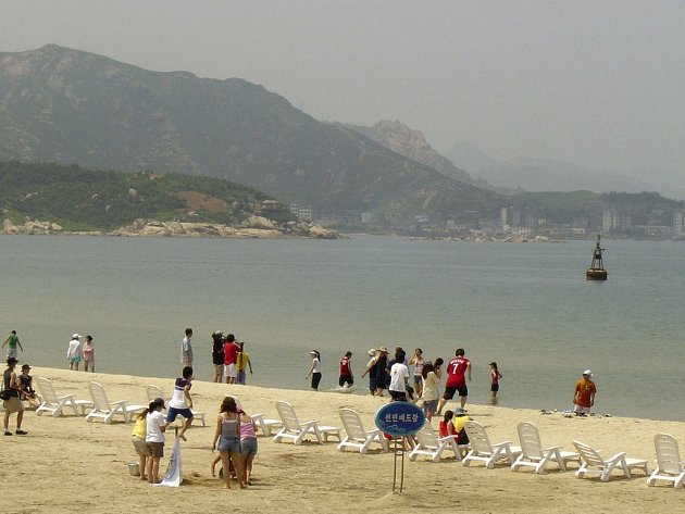 Pohled na pláž u severokorejské hory Kumgang, těsně u hranic s Jižní Koreou.