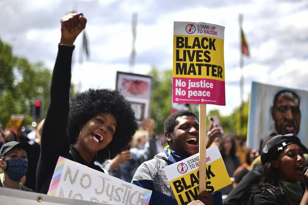 Kromě radikálů vyšli do ulic Londýna také lidé, kteří chtějí podpořit demonstranty v USA a bojovat za práva černochů.