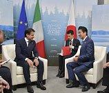 Japonský premiér Šinzó Abe, německá kancléřka Angela Merkelová a premiér Itálie Giuseppe Conte